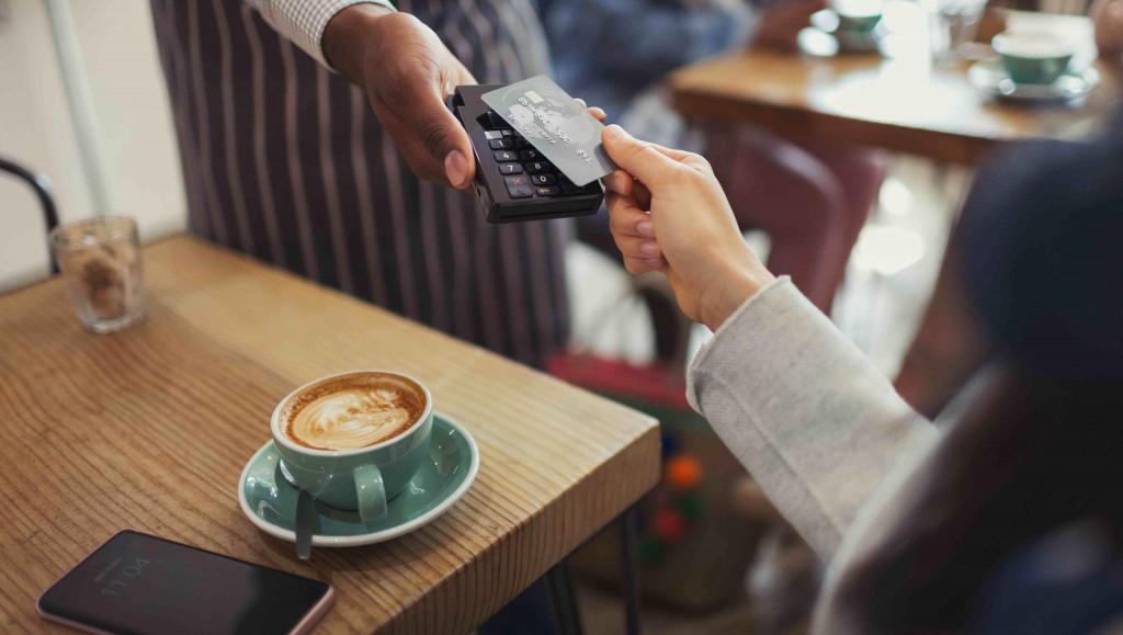 Российские рестораторы не смогут включать чаевые в чеки